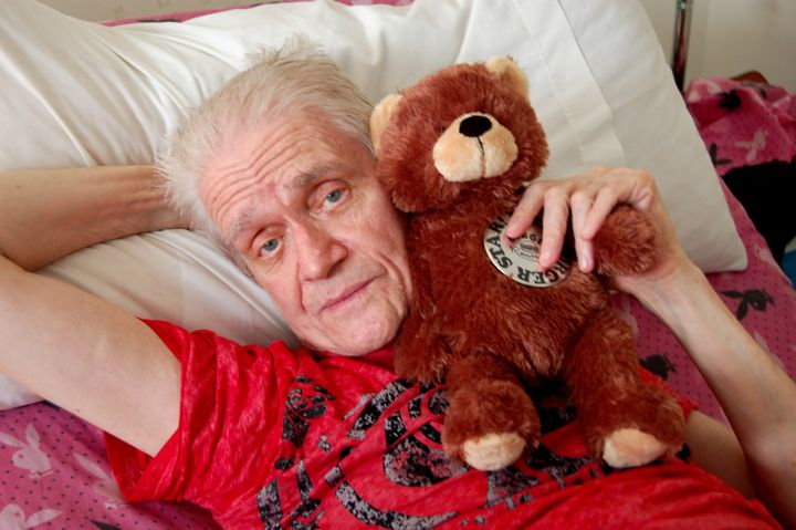 Kim Fowley gets cuddly (Photo by Michelle Freek)
