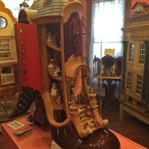 The 1970's shoe-house with the 1750 English doll-mansion to the right (photo by Nikki Kreuzer)