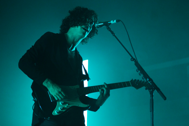 Matt Healy of The 1975 at the Shrine Auditorium. Photo by Genesia Ting for the Los Angeles Beat