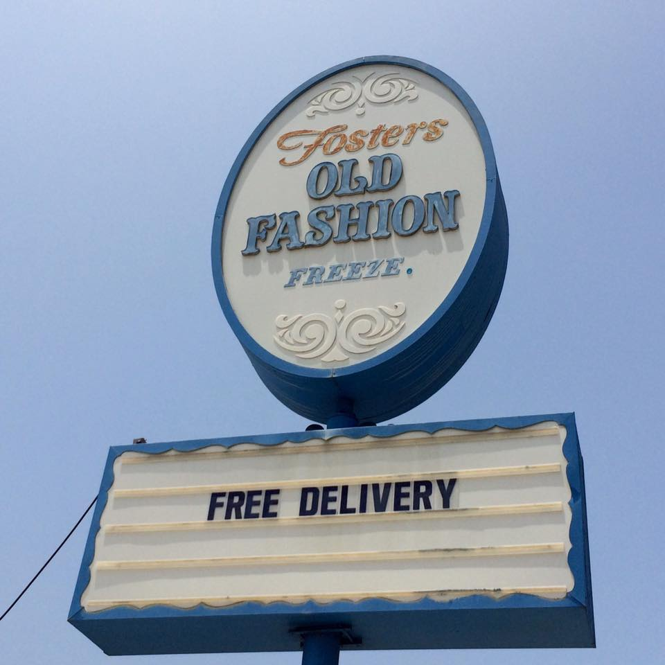 This Burbank Fosters Freeze, built in 1947, has a third variety of sign (photo by Nikki Kreuzer)