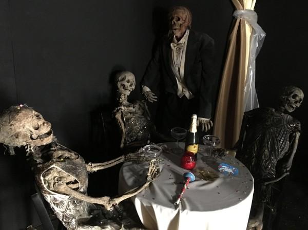 halloween horror nights shining maze 19 600x448jpg